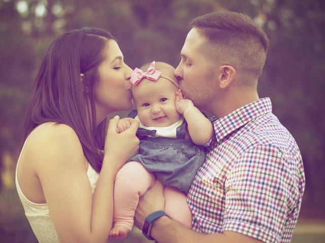 Familjeporträtt med bebis i famnen